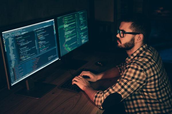 Hacker: o que é, origem do nome, cracker X hacker - Brasil Escola