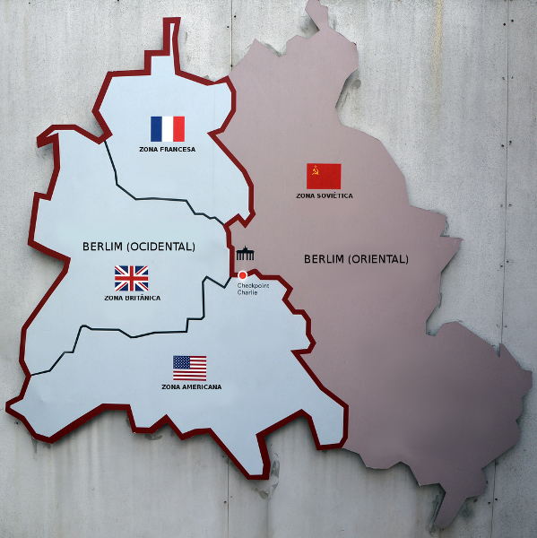 Mapa da condição de Berlim após sua divisão. À esquerda, Berlim Ocidental; à direita, Berlim Oriental.[1]