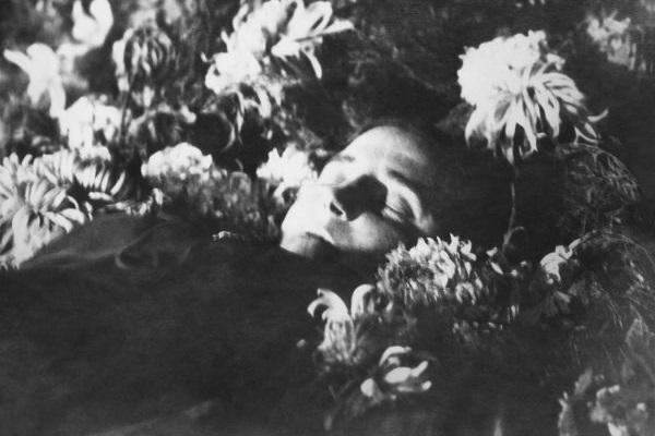Nadezhda Alliluyeva foi a segunda esposa de Stalin e, por sofrer de depressão, cometeu suicídio em 1932.