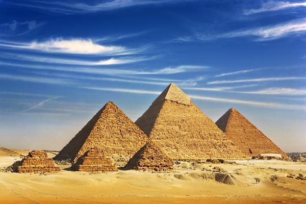 As pirâmides do Egito são as construções mais conhecidas que possuem o formato piramidal.