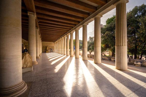 O nome estoicismo vem da palavra grega stoa, que significa pórtico, um corredor coberto e cercado por pilastras.