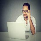 Homem mexe no computador