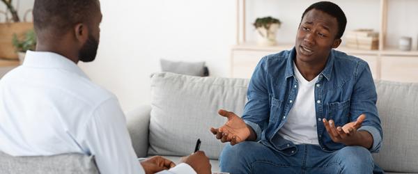 Homens em sessão de terapia