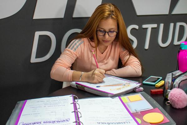 Maria Eduarda vai fazer as provas da Unesp, Unicamp, Fuvest e Unifesp. Crédito da Foto: Oficina do Estudante