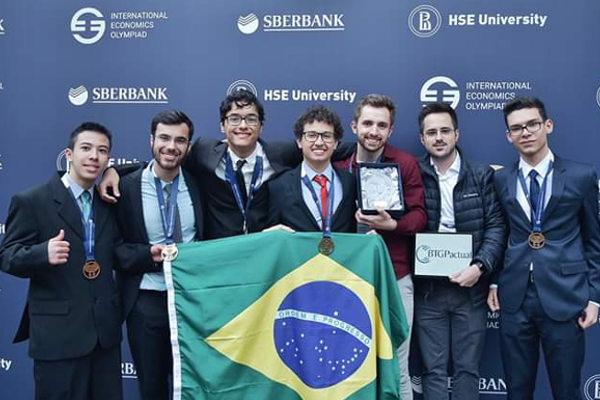 Equipe vencedora da Olimpíada Internacional de Economia 2019